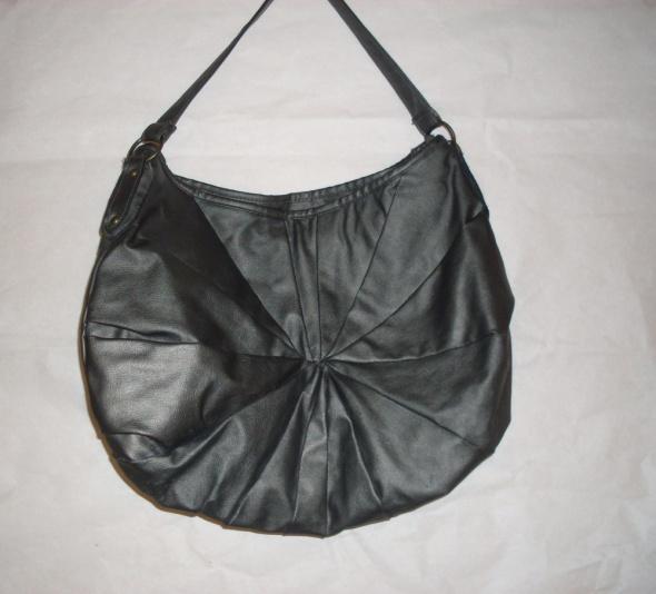 Srebrna torebka na ramię a4...