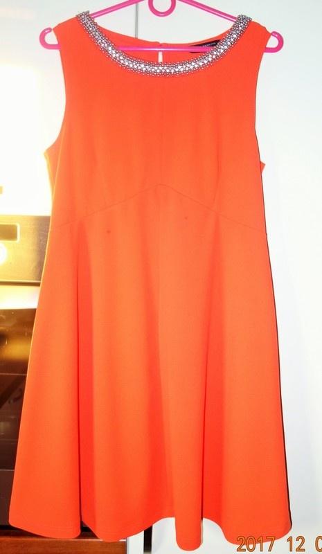 pomarańczowa sukienka dekoracyjny bogato zdobiony dekolt...