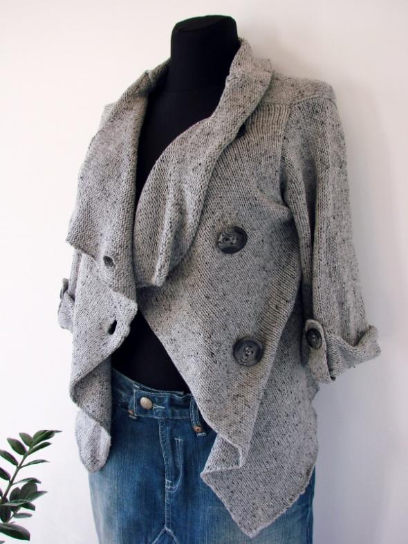 Szary melanżowy sweterek z ozdobnymi guzikami...