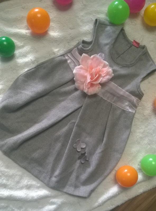 r 86 Elegancka sukienka z koralowym kwiatkiem na wiele okazji