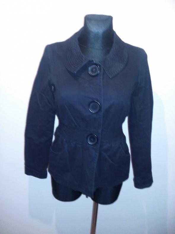 Czarna kurtka z dużymi guzikami