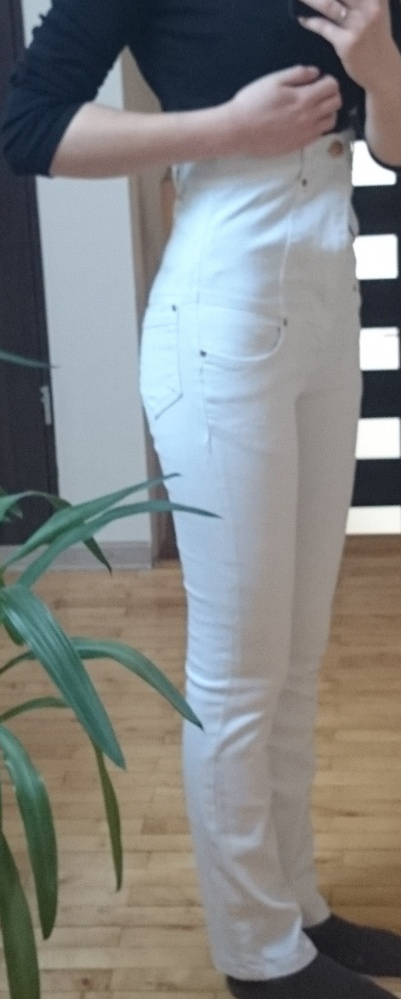 Białe spodnie z wysokim stanem...