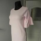Pudrowa sukienka struktura rozszerzane rękawy SM