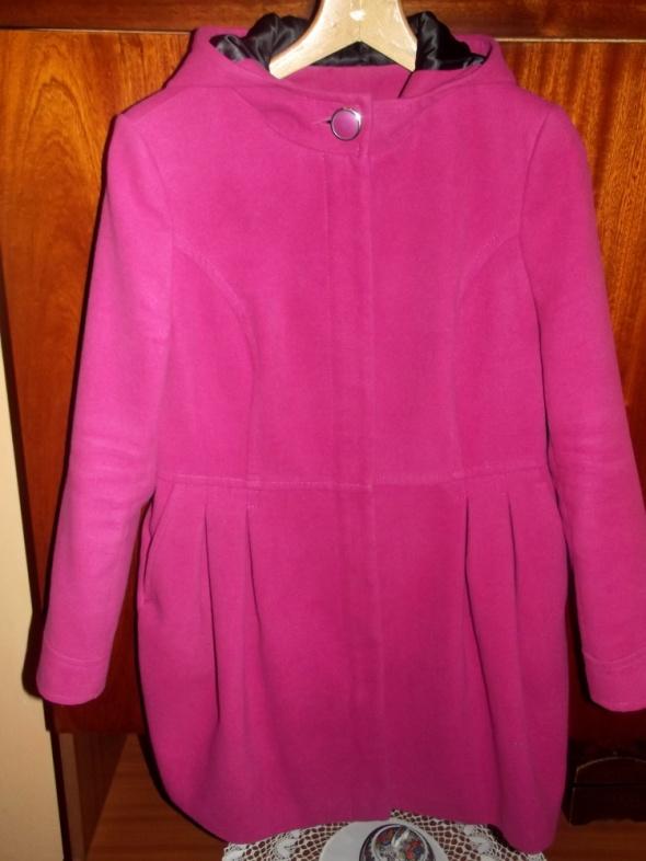 różowy płaszcz z kapturem...