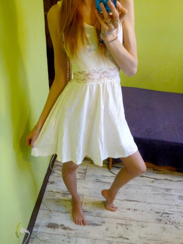 śliczna biała sukienka z koronką rozkloszowana H&M