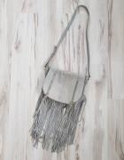 Zamszowa szara torebka z frędzlami River Island...