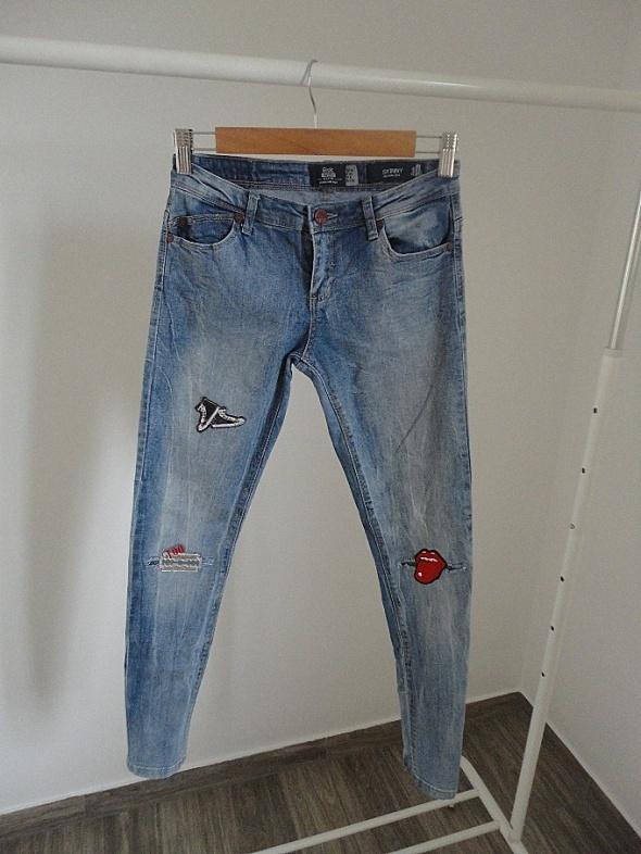 jeansy bershka xs s naszywki TANIO