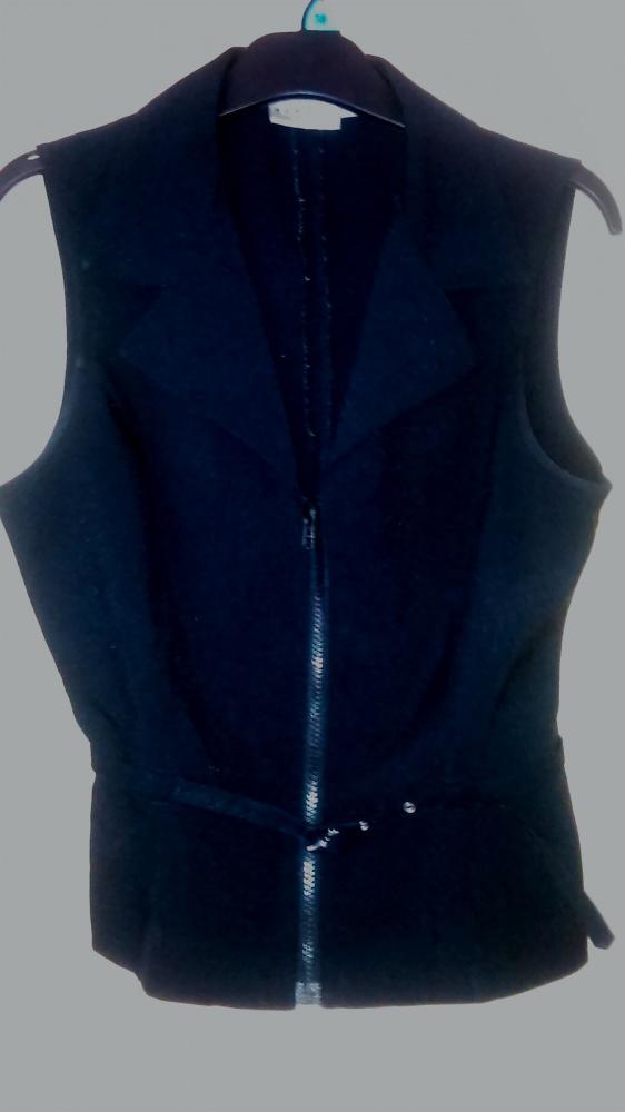 Czarna elegancka i kobieca bluzka z paskiem i kołnierzykiem