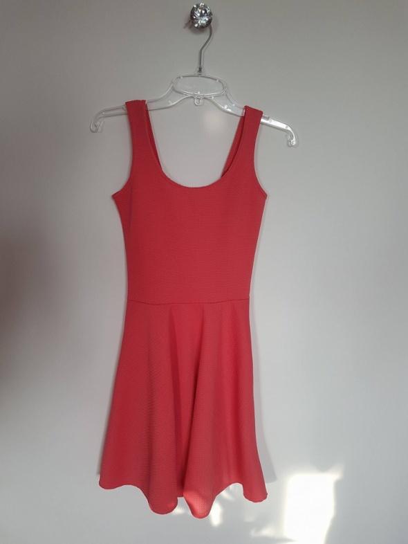 Różowa sukienka boohoo...