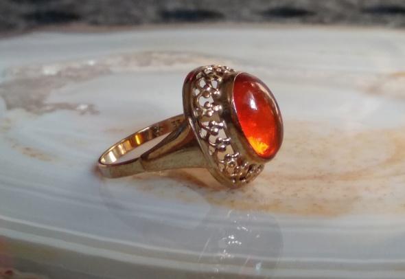 Stary złoty pierścionek z bursztynem