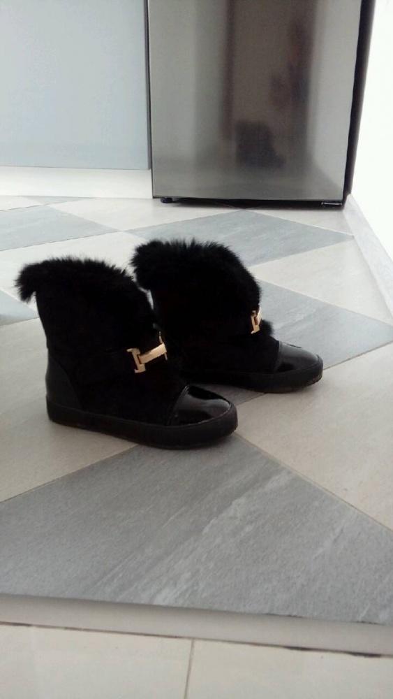 Czarne na koturnie botki
