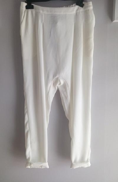 białe eleganckie bermudy