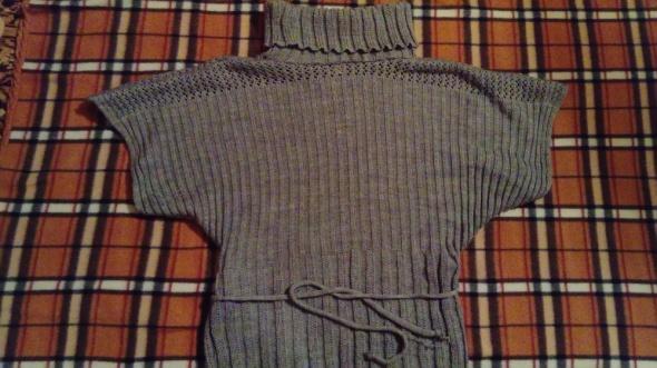 Szary sweter z szerokimi krótkimi rękawami