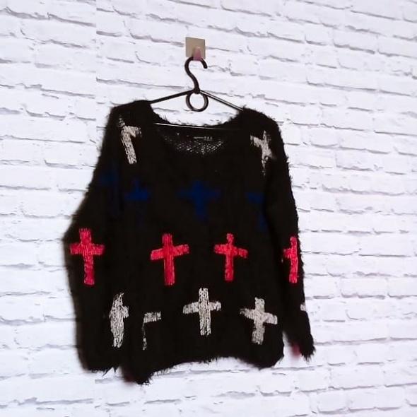 Czarny puchaty włochaty miękki sweterek wzór motyw kolorowe krzyże Atmosphere