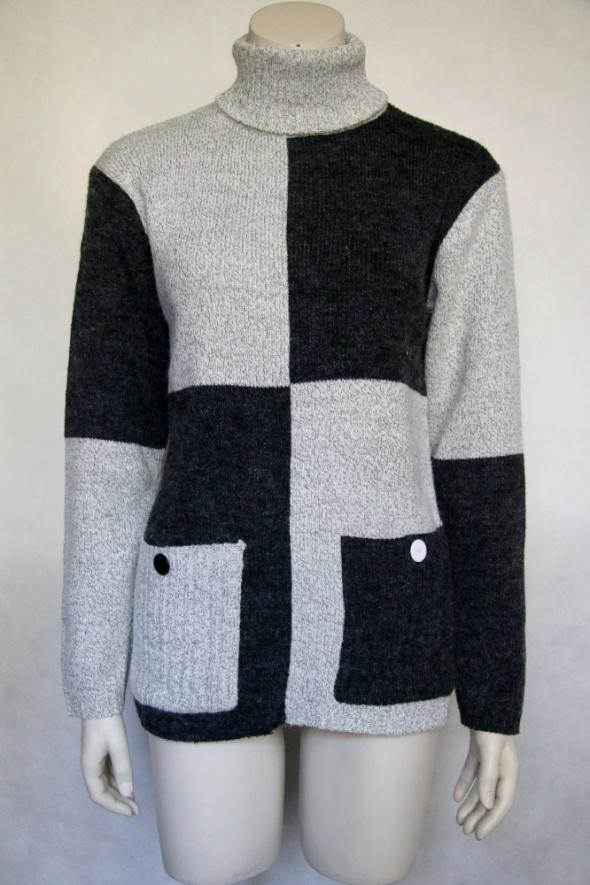szary zimowy sweter z golfem