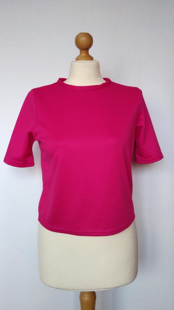 Krótka różowa bluzka z tłoczeniami Atmosphere