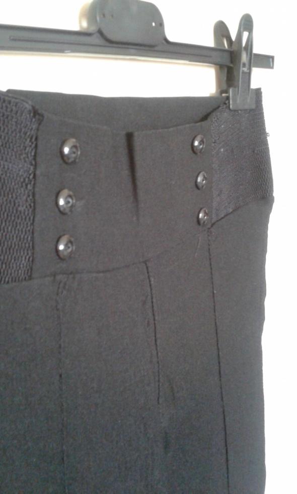 czarne rozciągliwe legginsy...