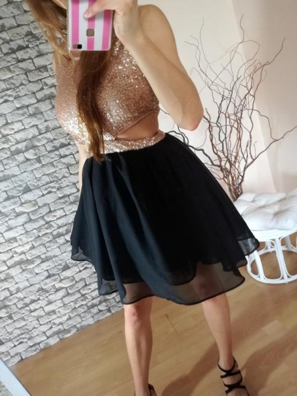 Rozkloszowana czarna złota sukienka cekiny wycięci
