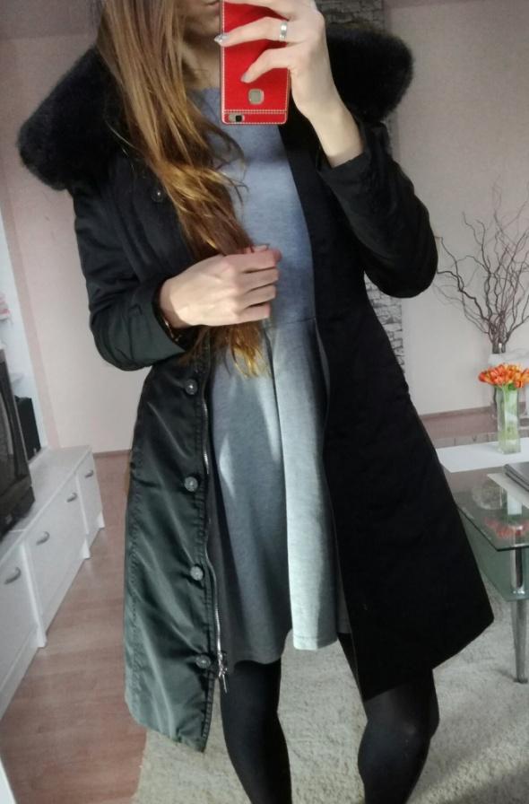Czarna długa kurtka jesienno zimowa futrzany kołnierz Reserved