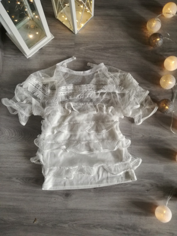 Koronkowa bluzka z falbankami