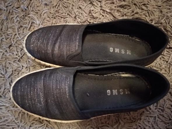 Używane przepocone buty typu espadryle