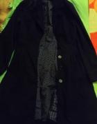 Długi czarny rozkloszowany płaszczyk
