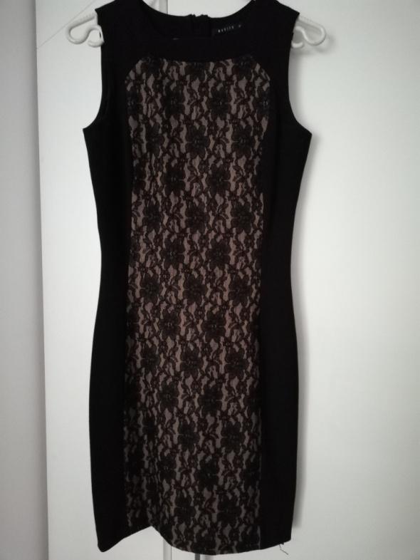 Czarna sukienka Mohito z koronkowym przodem...