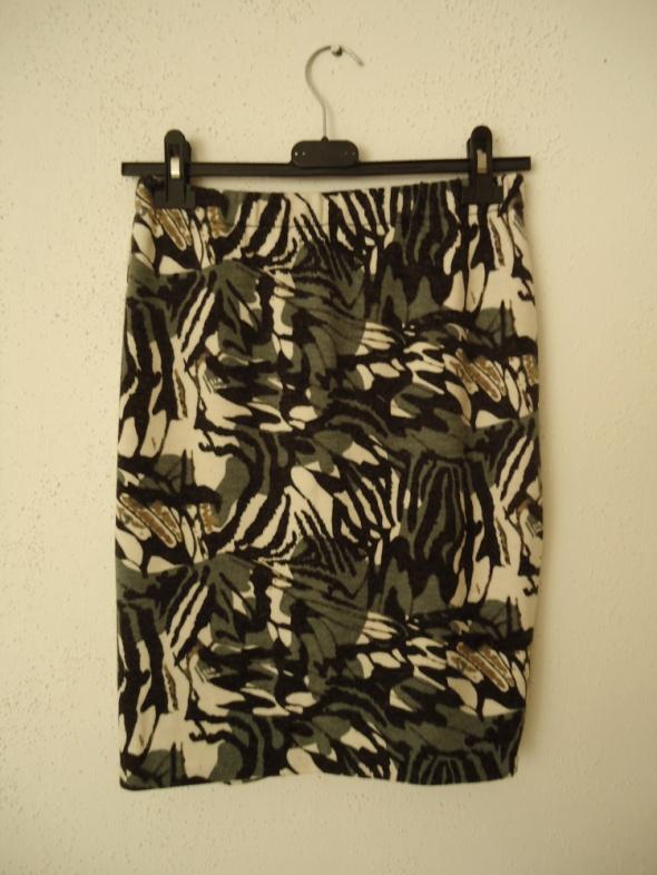 fajna spódnica ciekawy wzór ciepła M L