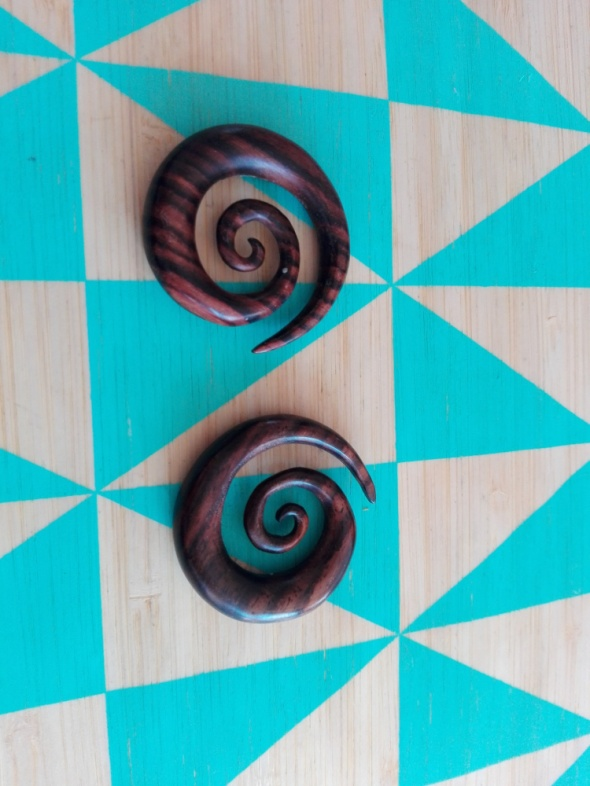 Mocno zakrecane spiralę do ucha z drewna narra...