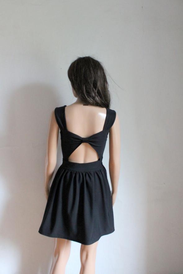 Czarna koktajlowa sukienka gołe plecy mała czarna r około SM...
