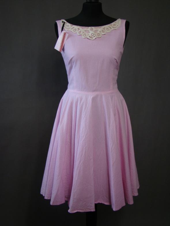 Różowa sukienka w kratkę