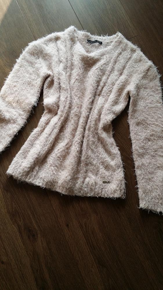 Włochaty sweterek House S