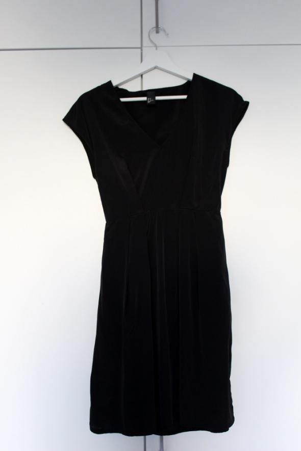 Czarna sukienka H&M rozmiar S błyszcząca z gumką dziewczęca serek letnia