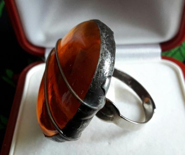 Artystyczny pierścionek w kolorze bursztynu