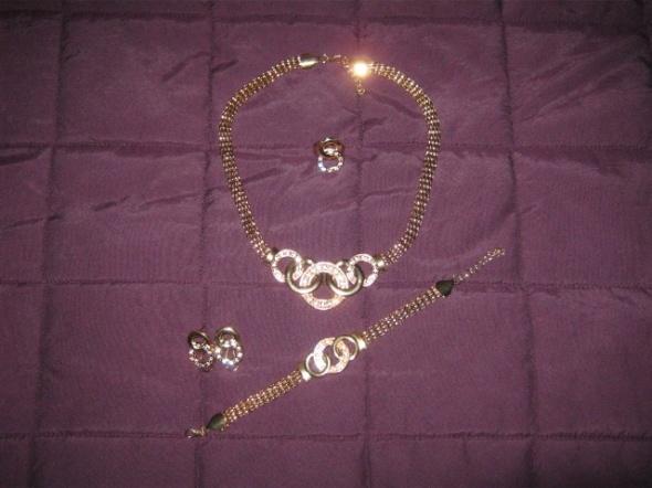 komplet biżuterii w złotym kolorze...