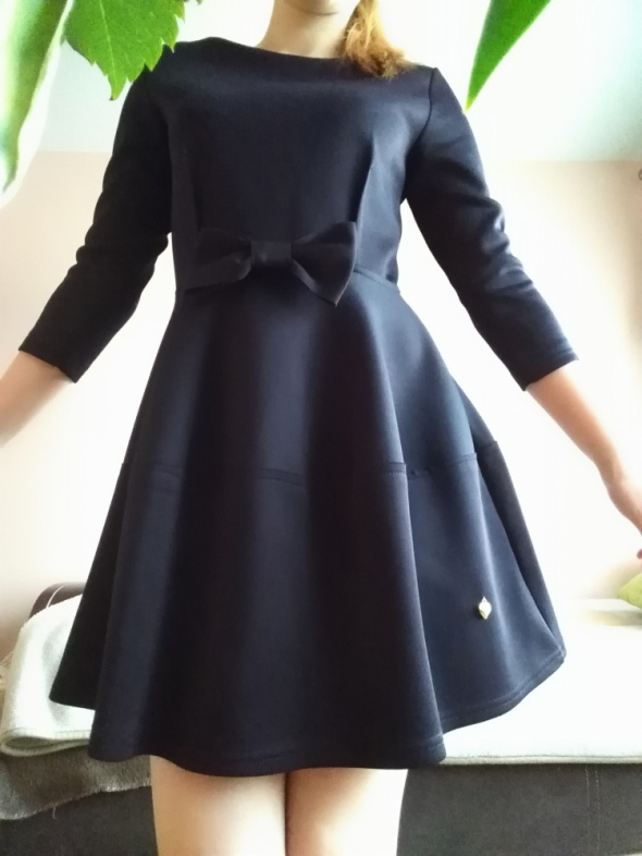 Czarna sukienka z rękawem trzy czwarte