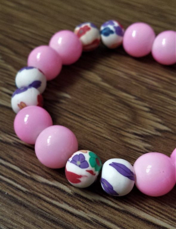 Bransoletka z różowych świecących koralików