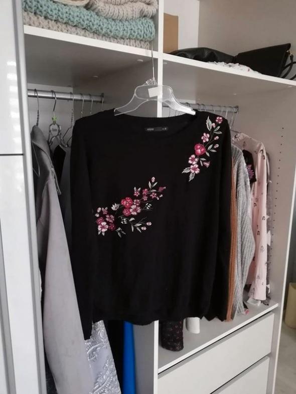 HOUSE czarny sweterek z kwiatowym haftem...