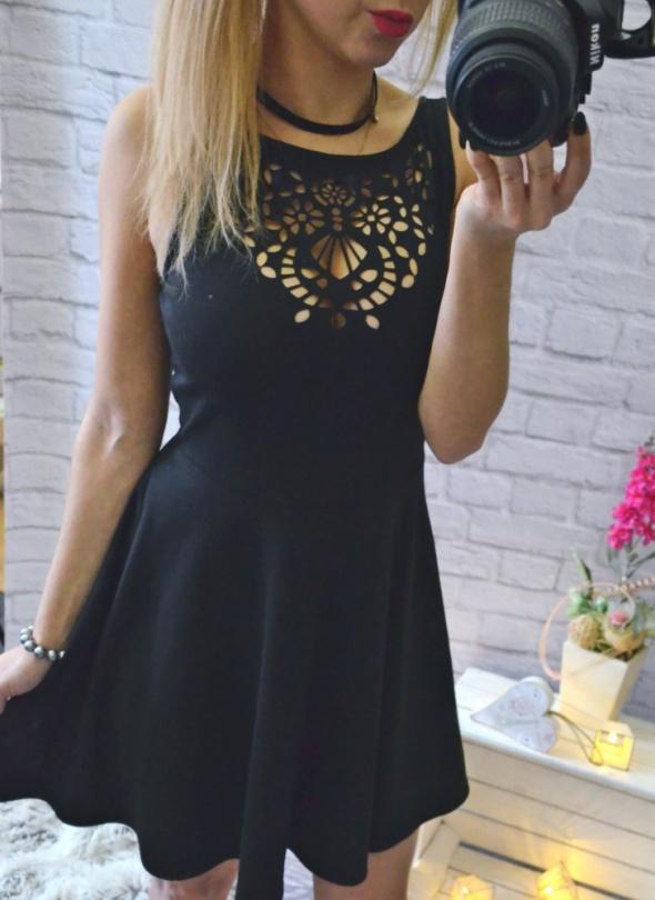 Czarna sukienka rozkloszowana wyciety dekolt mega