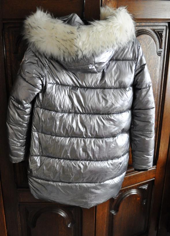 Puchowa metaliczna srebrna kurtka z kapturem futerkiem 36