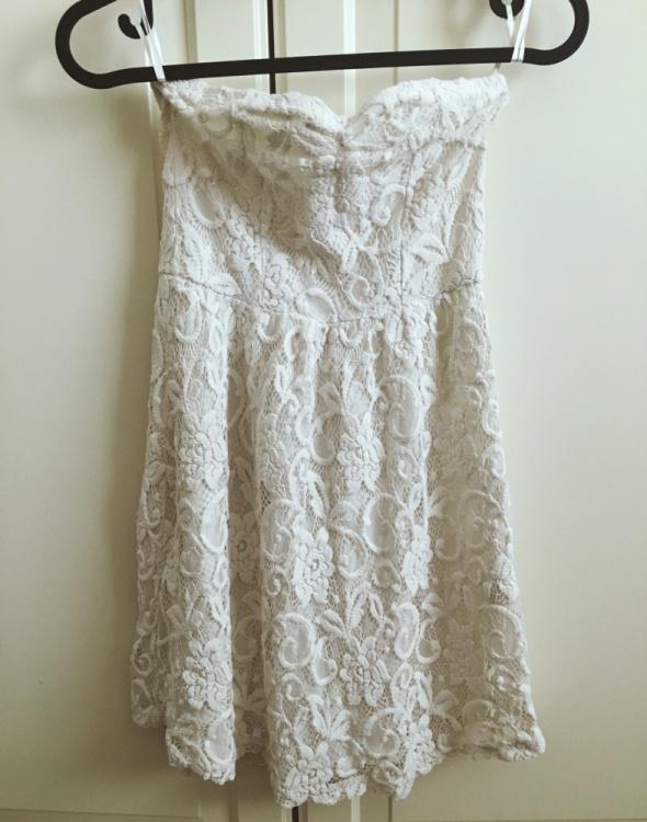 Delikatna koronkowa sukieneczka bez rękawów