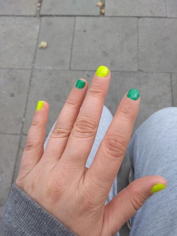 moje zielonożółte paznokcie własnoręcznie malowane