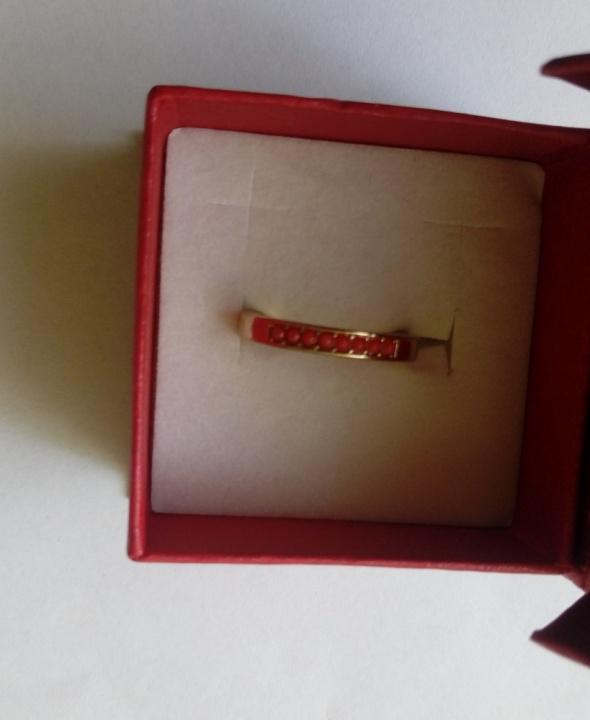 złota obrączka pierścionek z kamyczkami