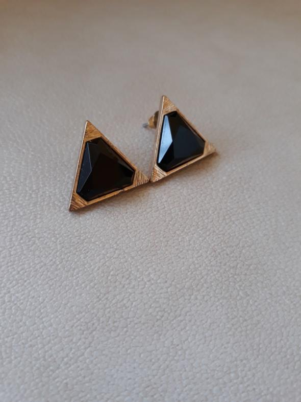 Kolczyki w złotym kolorze z kryształkami