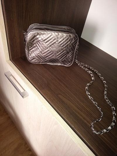 mała torebka na łańcuszku