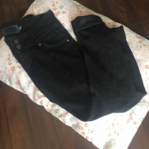 czarne jeansy bershka