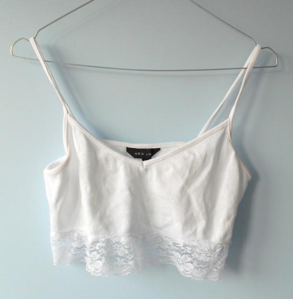 New Look crop top z koronką biały minimalizm