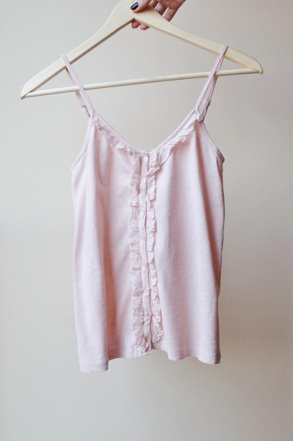 Różowa pudrowa bluzka na ramiączkach z guziczkami