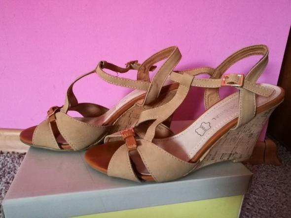 Sandałki kremowe koturny R 38
