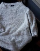 Biały milutki sweterek...